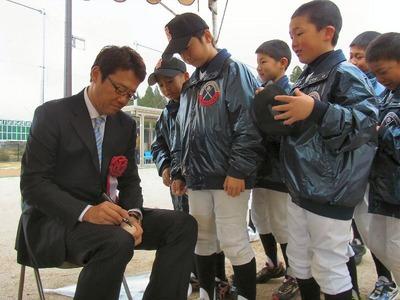 古田敦也氏にサインを求める野球小僧たち