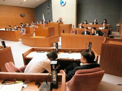 本会議場での委員会付託議案の審査