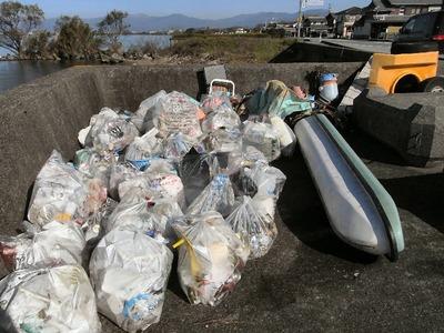 湖岸のゴミ袋