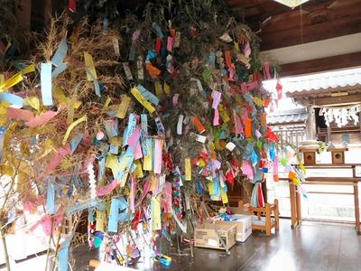 拝殿いっぱいの笹飾り