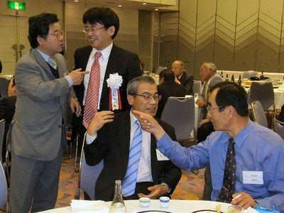 上野賢一郎氏と泉市長と談笑