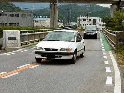 天野川橋を通行する車