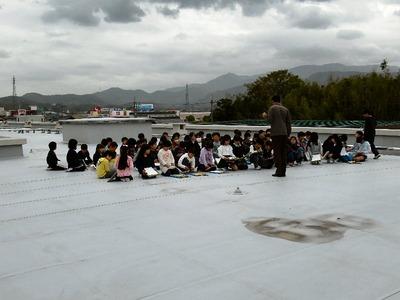 坂田小学校の屋上で学習