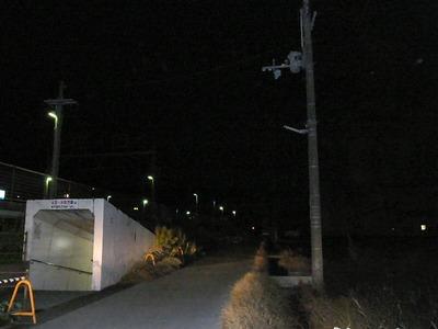 街路灯地下道前