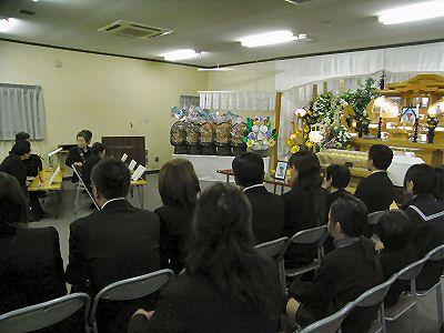 遺族親族席から祭壇を見る