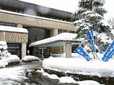 雪の山東庁舎