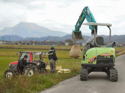 土壌改良資材の積み込み