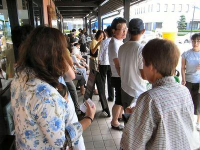 盆花売り場に並ぶ人たち