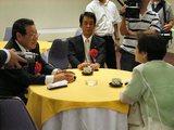 川端達夫、奥村展三両代議士のテーブルについた嘉田さん