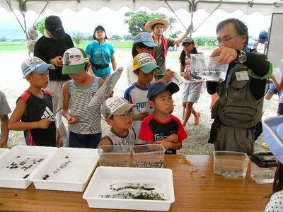 滋賀自然環境保全学習ネットワーク大橋先生の説明を聞く子どもたち