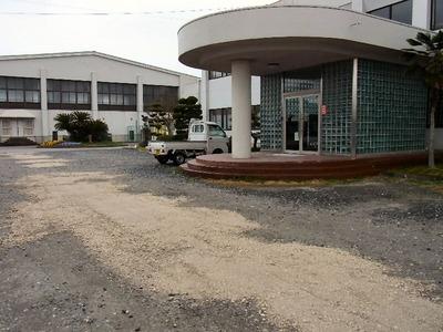 坂田小学校玄関先
