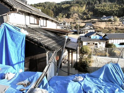 壊滅的な被害を受けた山間の集落