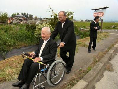 車椅子を押す区長