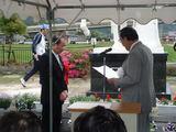 実行委員長の奥村善彦氏に感謝状を渡される山口近江町長