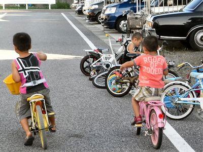 自転車で飛び回る孫たち