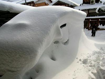 埋もれた車
