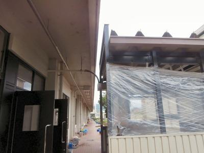 増築した校舎への渡り廊下(つなぎ目)