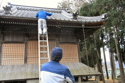 拝殿の樋掃除
