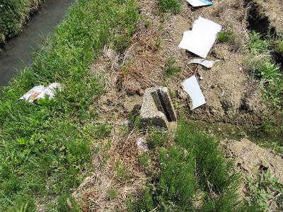 崩れた水路溝畔と尻水戸