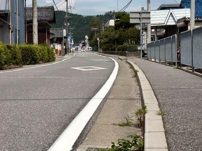 坂田小学校前の車道外側線