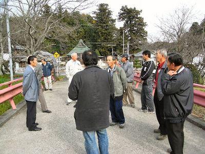佐治神社前で水路法面の整備状況を伺う