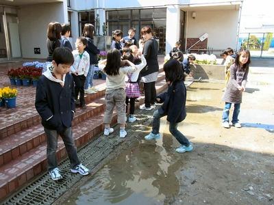 坂田小学校昇降口前の水溜り