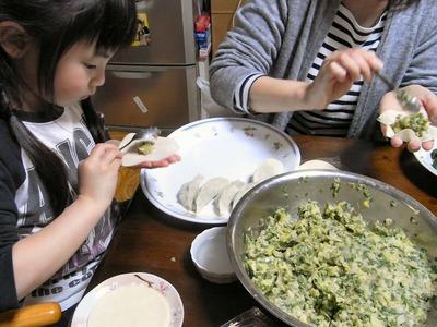 餃子を作る孫娘