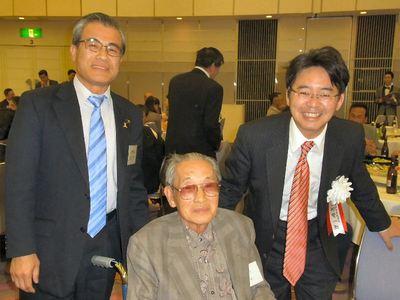 上野賢一郎氏と泉市長に囲まれて