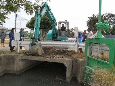 水門のゴミ除去