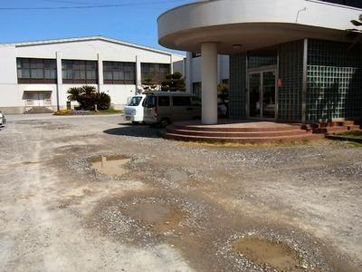 坂田小学校玄関前の水溜り