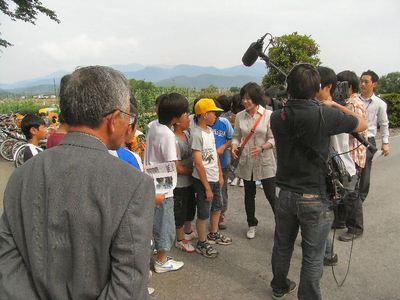 子どもたちにインタビューする藤村キャスター