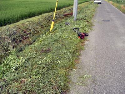 農道法面水路溝畔の草刈り