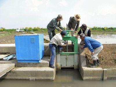 排水路の施設管理グリースの補給