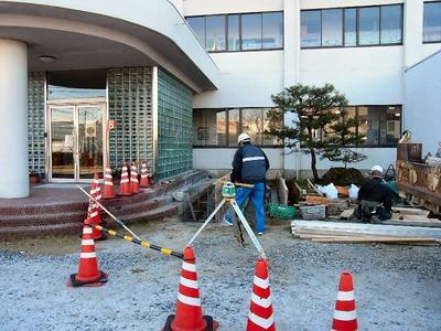 坂田小学校玄関にスロープ設置