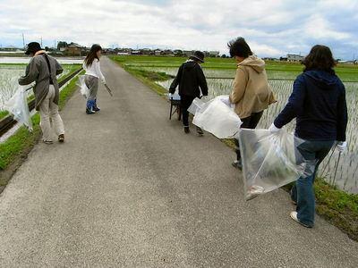 女性の会による農道のゴミ拾い
