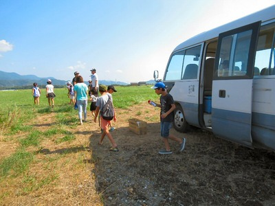 凧あげ会場にバスで到着