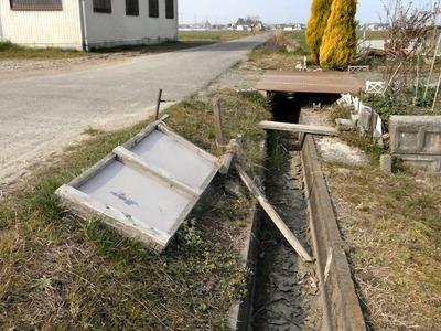 倒れた通学路標識