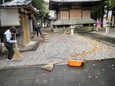 春日神社の清掃