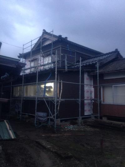 新潟県三条市の屋根外壁リフォーム専門店《遠藤組》角波カラーGL0.35mmを貼っています。
