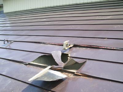 新潟県燕三条で横葺カラーGL屋根を修理をしています。