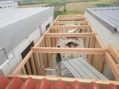 新潟県三条市の屋根外壁雨樋工事専門店「遠藤板金工業有限会社」燕市H社様工場増築工事です。12日に屋根折板を荷揚げします。タイトフレームもその前に取り付けます。