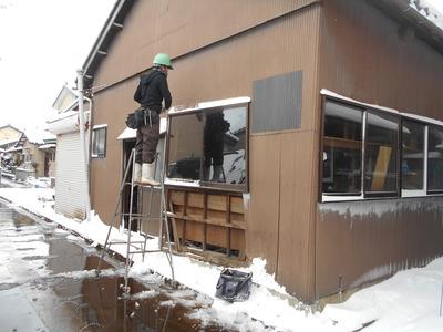新潟県三条市の屋根外壁塗装リフォーム専門店遠藤組 雪の中ですが頑張っています。