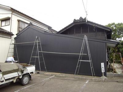 新潟県三条市の屋根外壁塗装リフォーム専門店《遠藤組》 外壁は角波カラーガルバリウム鋼鈑貼