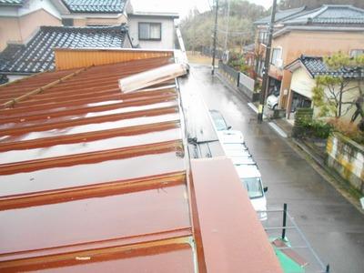 新潟県三条市の屋根外壁塗装リフォーム専門店 屋根カバーリング見積もり中