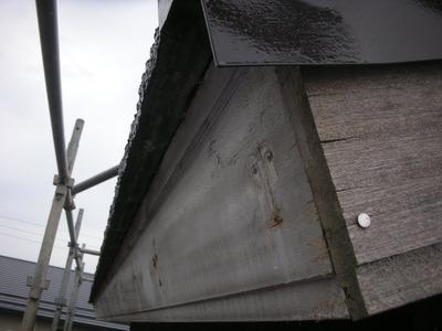 新潟県三条市の屋根外壁塗装リフォーム専門店遠藤組 破風鼻隠しカラーGL鋼板貼りと雨樋取り付け
