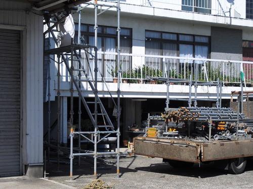 新潟県三条市屋根外壁塗装リフォーム専門店遠藤組 三条市K社様本社工場屋根外壁改修工事の足場掛け作業です。