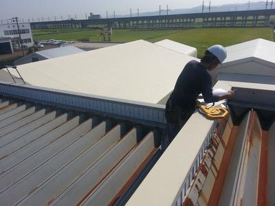 屋根外壁リフォーム専門店《遠藤組》屋根の上は暑いです。