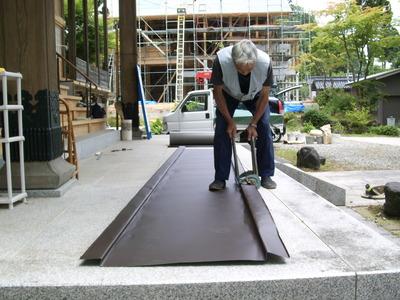 新潟県三条市の屋根外壁リフォーム専門店遠藤組 谷板のハゼを加工しています。
