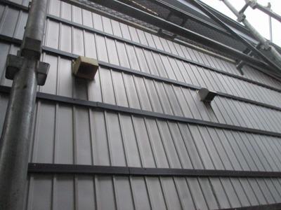 新潟県三条市の屋根外壁塗装リフォーム専門店遠藤組 角波カラーGLを重ね張り