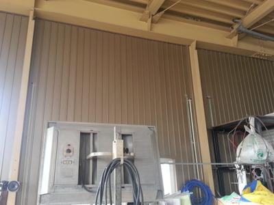 新潟県三条市の屋根外壁雨樋リフォーム専門店遠藤組 工場内壁に角波カラーガルバリウム鋼板を貼り付け